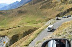 In kräftigen Serpentinen schlängelt sich die Straße zu den Passhöhen der Pyrenäen-Gipfel. (Foto: det)