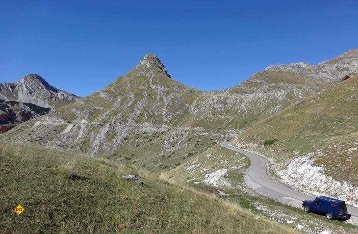 Auch wenn es bei Gegenverkehr manchmal etwas eng wird, die Einsamkeit und Grandiosität der Landschaft entschädigt für die Mühen auf der kurvenreichen und bergigen Panoramastraße. (Foto: Dr. TW)