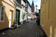 Klein, verwinkelt, beschaulich, aber teuer – Wohnungen und kleine Häuser in den Gassen der Altstadt von Aalborg. (Foto: hcb)
