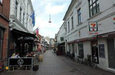 """Hier geht am Abend die Post ab – die """"Jungfrauengasse"""" ist die Kneipen- und Restaurantmeile im Zentrum der Hauptstadt Nordjütlands. (Foto: hcb)"""