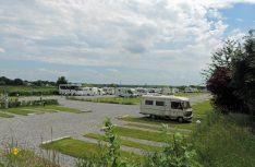 Perfekter Startpunkt für die Erkundung von Maastricht - der Stellplatz am Flussufer der Maas. (Foto Messe Düsseldorf)