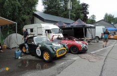 Perfekt im Schuss und mit viel Liebe gepflegt – der Triumph TR 3 und der rote MG A während der Aufstellung im Fahrerlager. (Foto hcb)