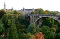 Die Pont Adolphe-Brücke überspannt das Petruss-Tal in Luxembourg und verbindet die Altstadt mit dem Bahnhofsviertel. (Foto visitluxembourg)