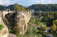 Blick vom Bockfelsen auf die alte Stadtmauer und das grüne Flusstal. (Foto visitluxembourg)