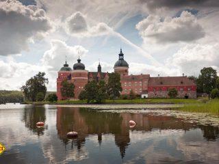 Das burgähnliche Schloss Gripsholm am See Mälaren wurde 1537 von Gustaf I. Wasa gebaut und beherbergt heute eine staatliche Portraitsammlung mit über 2.000 Gemälden aus vielen Jahrhunderten. (Foto: M. Leppäniemi / VisitSweden)