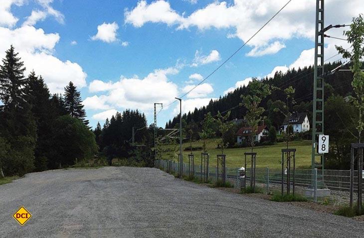 Direkt am Bahn und der Bahnstrecke liegt der Reisemobil-Stellplatz von Feldberg. (Foto: DCI-Archiv)