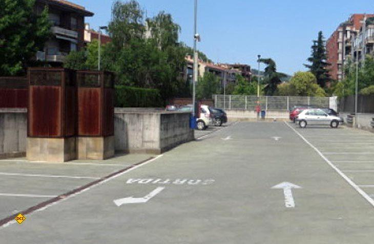 Nicht ausgesprochen schön, aber zentral gelegen und sicher – der Stellplatz im Zentrum von Girona. (Foto: Parking Vayerda la Devesa)