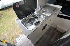 Die kompakte Küche ist mit viel Stauraum komplett ausgestattet, hat aber systembedingt wenig Arbeitsfläche. (Foto:det)