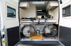 Das eingeschobene Bett gibt Platz für den Transport eines Fahrrades. (Foto: det)