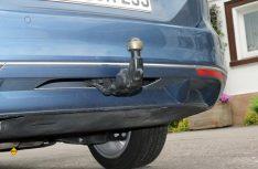 Anhängen: Anklappbare Kupplung mit integrierter Steckdose und elektrischer Entriegelung. (Foto: sis)