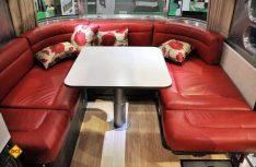 Luxuriös und komfortabel ist die Inneneinrichtung der Airstream-Hängers. (Foto: Werk)