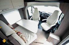 Die Sitzgruppe aus Halbdinette und den Fahrerhaussitzen bietet viel Platz und Komfort. (Foto: det)