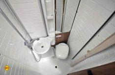 Praktisch und geräumig: Der Sanitärraum mit der klappbaren Vario-Bad Duschwand. (Foto: det)