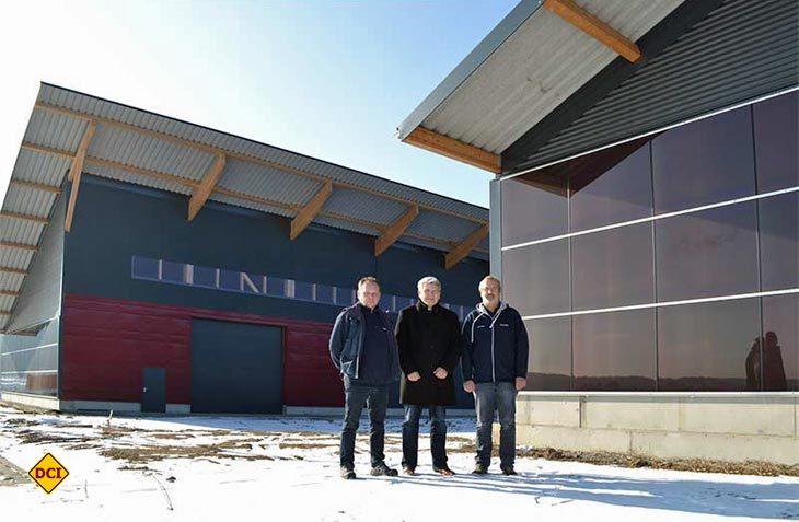 Roland Braungart (links), Geschäftsführer Joachim Baumgartner (mitte) und Armin Dietz vor dem neuen Hochregal-Lager im Inno-Park (Foto: Werk)