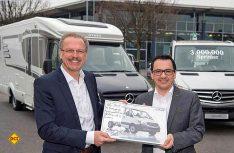 Volker Mornhinweg, Leiter Mercedes-Benz Vans, (links) übergibt den dreimillionsten Sprinter an Hymer-Geschäftsführer Bernhard Kibler. (Foto: Daimler)