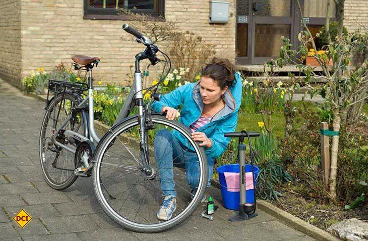 Zum Fahrradcheck gehört laut Deutschem Verkehrssicherheitsrat (DVR) unbedingt die Prüfung der Reifen: Ist die Decke auf der Lauffläche und an den Seiten in Ordnung, ohne Risse, durchscheinendes Gewebe oder eingedrungene Fremdkörper? (Foto: DVR)