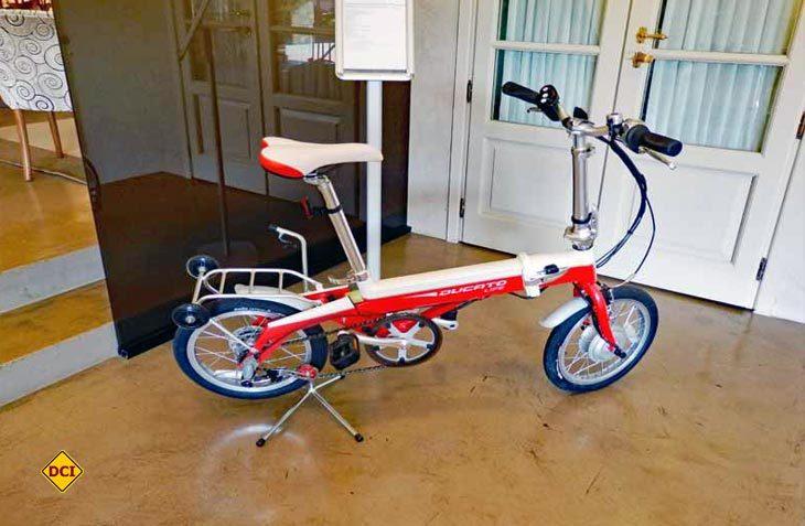 Für echte Ducato-Fans: Das hochwertige E-Klapp-Bike im Ducato-Look. (Foto: det)