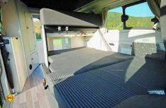 Die Sitzbank kann zum bequemen Doppelbett umgebaut werden. (Foto: det)