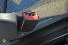 Das Gurtschloß sitzt sehr eng an der Sitzfläche des Fahrerhaussitze. (Foto: det)
