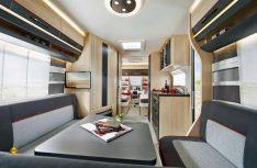 Der Wohnraum zeigt sich in Ahorn-Design hell mit eleganten Polstern. (Foto: Werk)