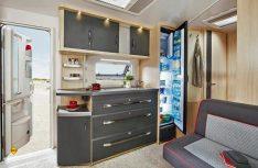 Hobby setzt in der neuen Baureihe exklusiv einen superschmalen Dometic-Kühlschrank ein. (Foto: Werk)