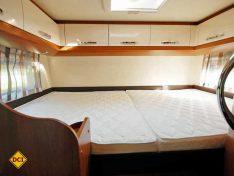 Das quer angelegte Heckbett ist komfortabel ausgestattet, die Matratze ist teilbar. (Foto: det)