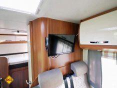 Guter Platz: Der TV kann sowohl vom Bett als auch von der Sitzgruppe prima eingesehen werden. (Foto:det)