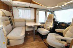 Das Hubbett fügt sich harmonisch in den Möbelbau der Sitzgruppe ein. (Foto: Werk)