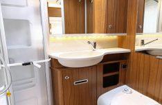 Auch der funktional optimierte Sanitärraum vermittelt im Möbelbau solide Eleganz. (Foto: Werk)