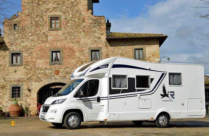 Der Rimor Europeo 69 ist ein schicker Teilintegrierter mit Queensbett und solider Ausstattung. (Foto: det)