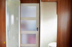 Sanitärbereich und Schlafzimmer sind durch eine massive Schiebetür vom Wohnraum getrennt. (Foto: det)