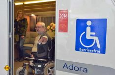 Durch den Umbau ist im Wohnraum des Adria Adora viel Bewegungsfreiheit für den Rollstuhlfahrer entstanden. (Foto: det)