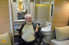 Der vorhandene Heck-Sanitärraum mit Toilette und Bad wurde speziell auf eine Rollstuhlnutzung angepasst. (Foto: det)