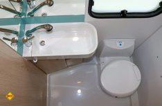 Optimal genutzte Grundfläche mit schmalem Waschtisch und Schwenk-WC. (Foto: sis)