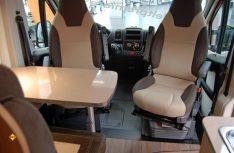 Carado Vlow 600: Die klassische Halbdinette ruht auf einem Podest, die Fahrerhaussitze werden dazugedreht. (Foto: alf)