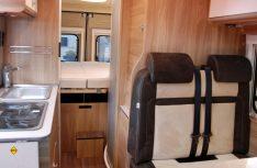 Der Carado Vlow hat ein quer angeordnetes Heckbett und einen kompaktem Sanitärraum gegenüber der Küchenzeile. (Foto: alf)