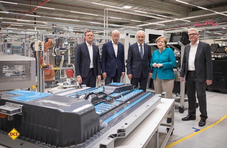 Dieter Zetsche (2. v. links), Vorstandsvorsitzender der Daimler AG und Leiter Mercedes-Benz Cars, begrüßt Bundeskanzlerin Dr. Angela Merkel und den sächsischen Ministerpräsidenten Stanislaw Tillich bei der Daimler-Tochter Accumotive in Kamenz. (Foto: Daimler)