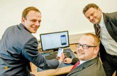 Sie haben eine App entwickelt, die bei der Suche nach dem passenden Elektrofahrzeug hilft (v.l.): Philip Dost, Christoph Degner und Constantinos Sourkounis. (Foto: Ruhr-Universität Bochum)