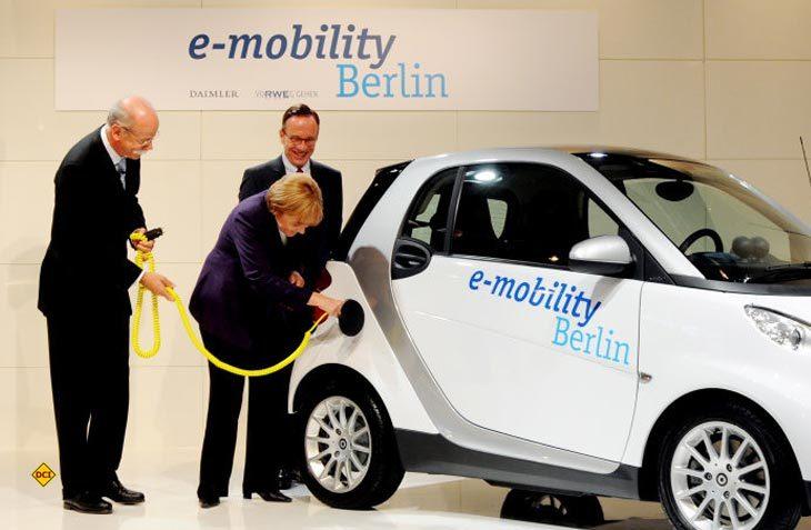 Bundeskanzlerin Merkel, hier bei der Vorstellung e-mobility in Berlin, hat das Regierungsziel für E-Autos aufgegeben. (Foto: Daimler)