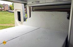 Ohne Pop-Up: Im Fahrzustand wird die Bettverbreitung eingeklappt und die Matratze hochgestellt. (Foto: Westfalia)