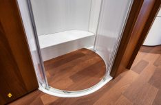 Die Duschwannenabdeckung ist jetzt wasserfest und kann beim Duschen in der Duschwanne verbleiben. (Foto: det)