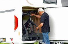 Zum Patent angemeldet: Die neue platzsparende Fahrradhalterung für die Heckgarage. (Foto: det)
