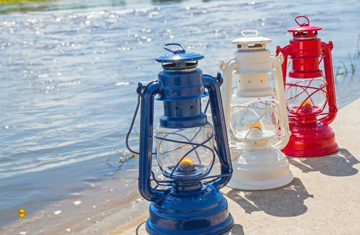 Die Sturmlampe Feuerhand Baby ist Kult und verleiht dem Campingabend maritimes Flair. (Foto: Feuerhand)