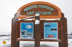 Ungefähr die Hälfte der Strecke von Dawson City bis zum Eismeer ist geschafft, wenn man den Polarkreis passiert hat. (Foto: hcb)