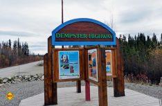 Kreuzung des Klondike Highway mit dem Beginn des Dempster Highway hinter Dawson City – noch knapp 900 Kilometer bis nach Tuktoyaktuk am Eismeer. (Foto: hcb)