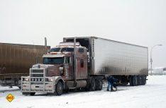 Schwerstarbeit für die Trucker, welche die wenigen Siedlungen bis nach Inuvik am Mackenzie-Delta regelmäßig mit Waren beliefern. (Foto: hcb)