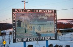 Im Inuit-Dorf Inuvik – Hier endet der Dempster Highway und geht in den neuerbauten Mackenzie Valley Highway über. (Foto: Faszination Kanada)