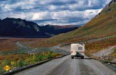 Das Befahren des Mackenzie Valley Highway ist nur mit Genehmigung des Vermieters und mit einer Zusatzversicherung für Mietmobile erlaubt. (Foto: Fazination Kanada)