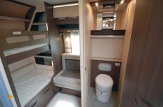 Der Heckbereich des Prestige 720 KWFU mit den Kinderbetten und dem großzügigen Sanitärraum mit sperater Dusche. (Foto: det)