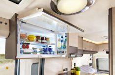 Der innovative Kompressorkühlschrank im Oberschrank bekommt für 2018 eine Absorber-Alternative in herkömmlicher Bauart. (Foto: Werk)